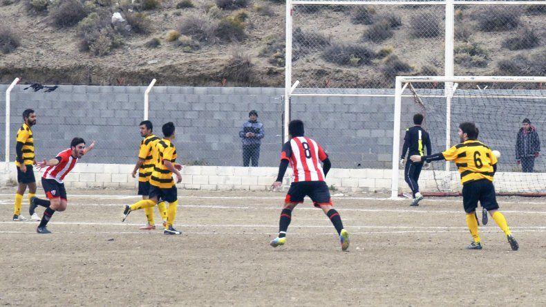 Jorge Iannolo con los brazos en alto tras la apertura del marcador.