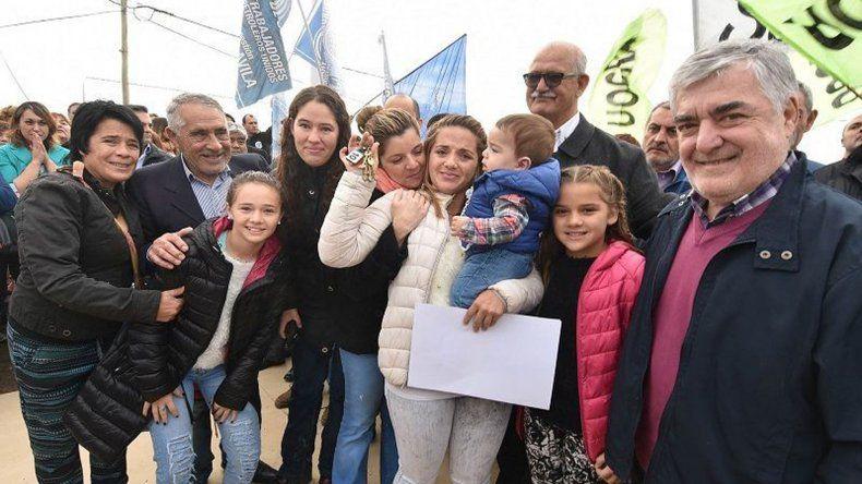 El gobernador Mario Das Neves entregó ayer viviendas en Sarmiento