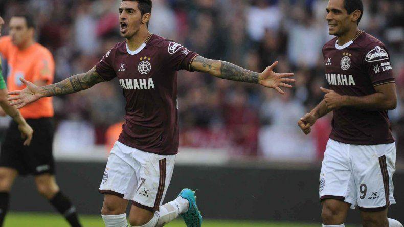 Román Martínez celebra su gol junto a José Sand
