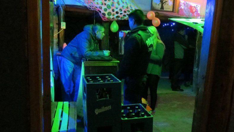 En una vivienda de Standart Norte los inspectores detectaron una fiesta electrónica que había sido difundida por la red social Facebook.