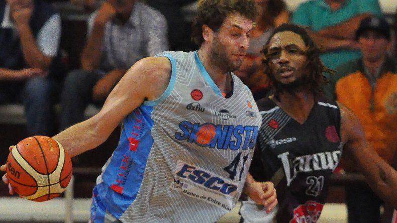 Juan Hasen con el balón marcado por Daniel Stewart en un duelo entre Sionista y Lanús jugado en el Antonio Rotili.