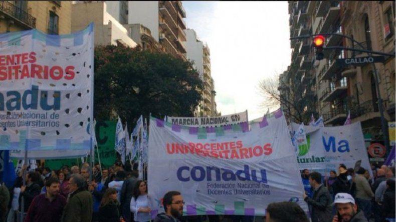 Multitudinaria marcha de alumnos y docentes universitarios