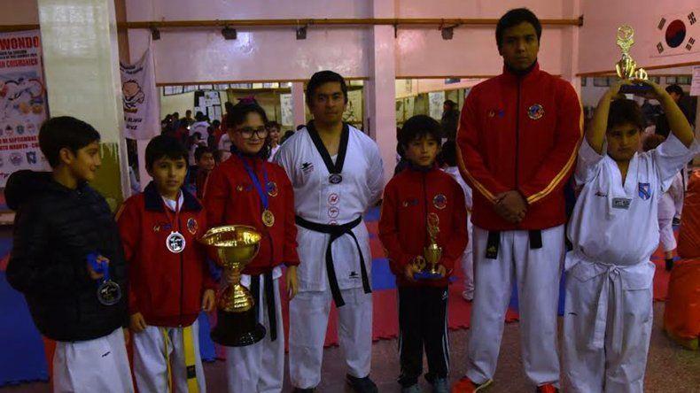 Parte de los niños y adolescentes que ganaron medallas y la copa challenger