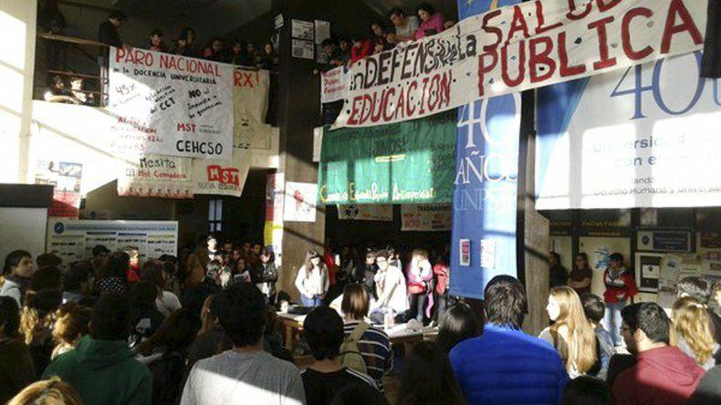 Los estudiantes de la UNPSJB tuvieron su asamblea en el hall del edificio universitario de Km 4.