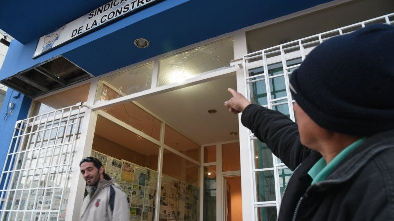 El SOUCCH acusa a la UOCRA de romperle los vidrios a su sede con bombas de estruendo. Desde ese último gremio aseguran que los responsables son los mismos integrantes del sindicato paralelo.