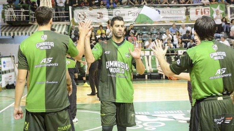 Diego Cavaco saluda a sus compañeros antes de comenzar un partido por la Liga Nacional.