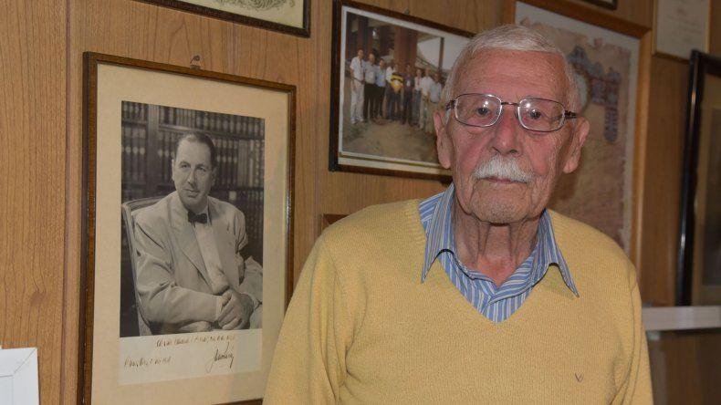 El miembro vitalicio de la IAAF junto al cuadro que le autografió en primera persona Juan Domingo Perón.