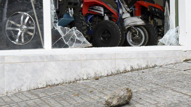 Rompen la vidriera de un local de motos durante un intento de robo