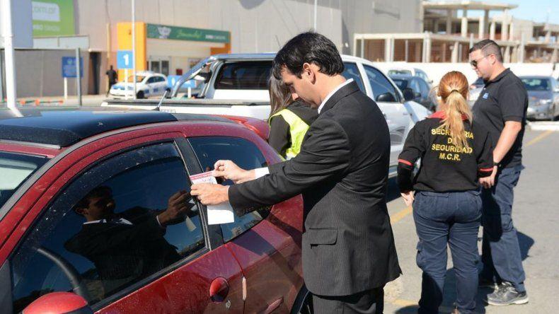 En estacionamientos de supermercados también se controla a los vehículos y se notifica con un sticker a los deudores del Impuesto Automotor.
