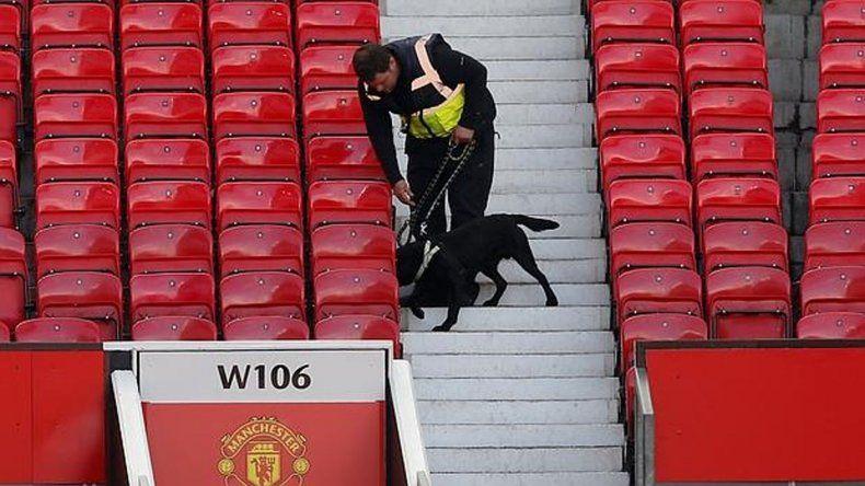Perros adiestrados para la detección de explosivos rastrean el sector de plateas del estadio.