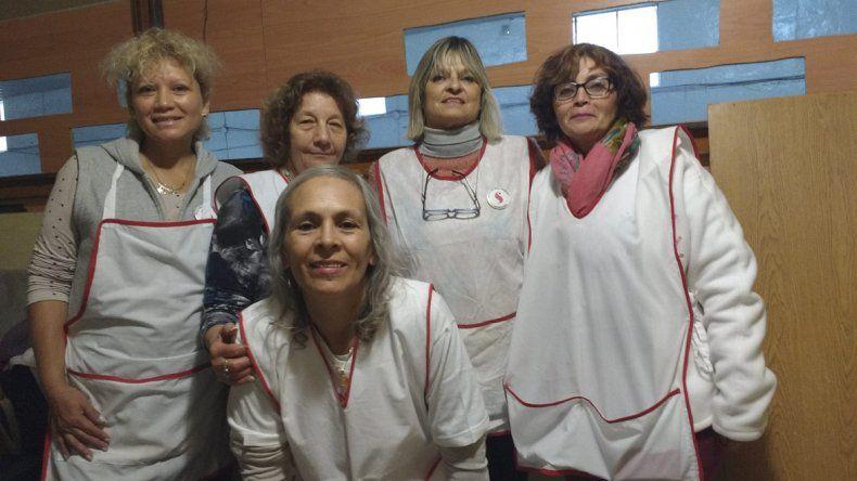 A fuerza de trabajo. Las integrantes del grupo Sentimientos ayer hicieron una pollada para solventar los gastos de Encuentro Patagónico de Enfermos Oncológicos que celebrarán en noviembre.