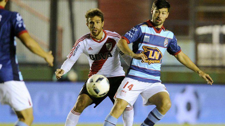 Federico Lértora disputa el balón con Leonardo Ponzio en el partido que Arsenal y River jugaron anoche en Sarandí.
