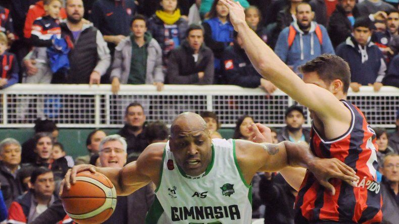 Samuel Clancy con el balón marcado por Marcos Mata en el partido jugado anoche en Caballito.
