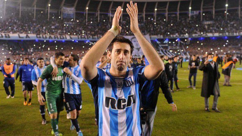 Diego Milito aplaude a todo el pueblo de Racing anoche en un Cilindro que lo despidió con una victoria.