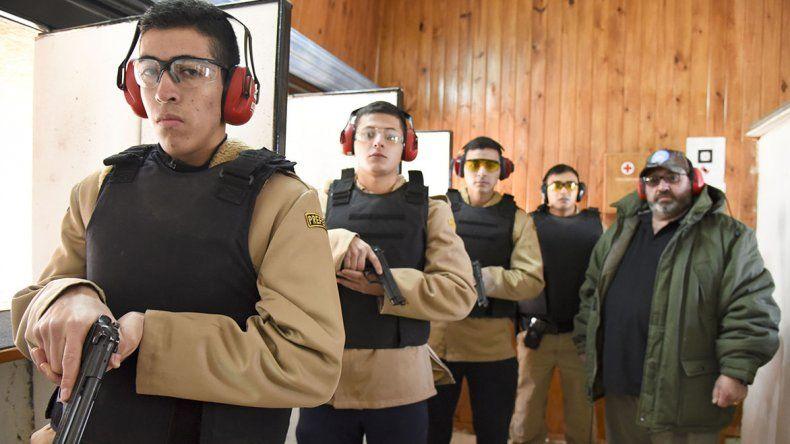 Walter Navarro –der- durante la clase de instrucción de los miembros de Prefectura Naval Argentina.