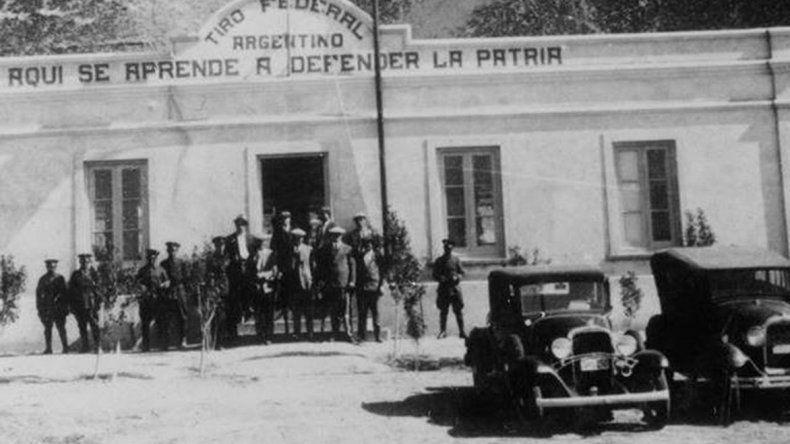 Aquí se aprende a defender la Patria era la frase que cubría el frente del primer edificio del Tiro Federal Argentino sobre mediados de 1900.