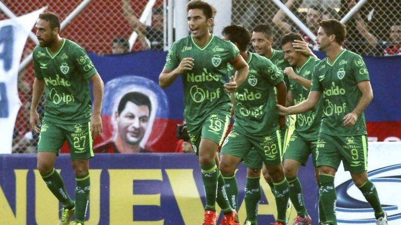 Caruso lo hizo de nuevo: Sarmiento evitó el descenso con un gol sobre la hora