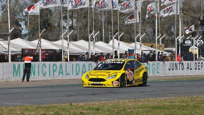 El Ford Focus III de Juan Angel Rosso que llega victorioso en el autódromo de San Jorge.