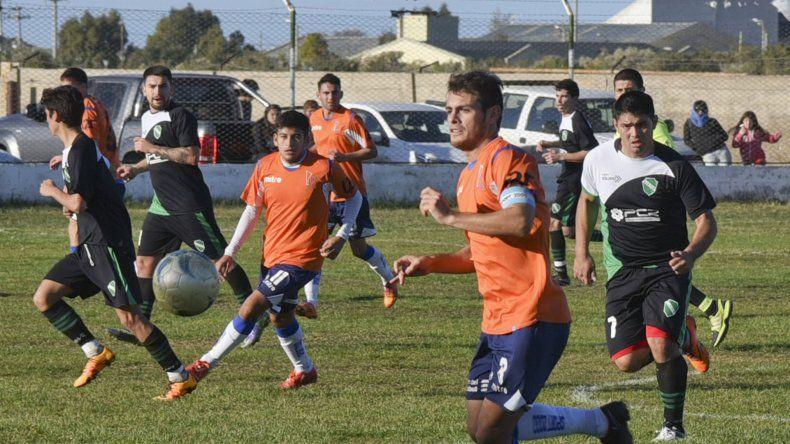 Emanuel Morales busca dominar por el sector izquierdo. La CAI sumó una victoria y mantiene la diferencia con Huracán.