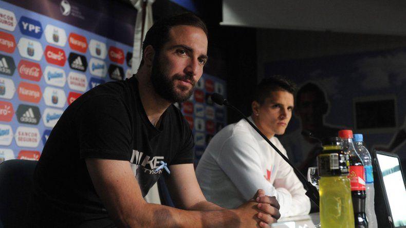 Gonzalo Higuaín y Erik Lamela ofrecieron ayer una conferencia de prensa en el predio de la AFA