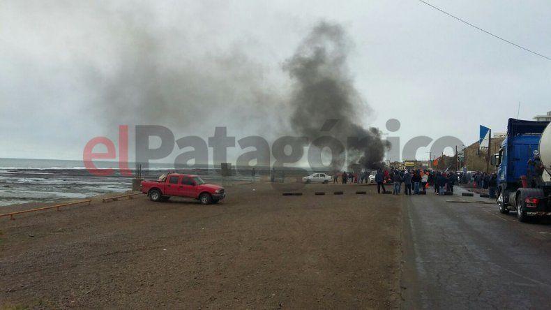 Más de 300 municipales cortaron Ruta 3 en el ingreso a Caleta Olivia