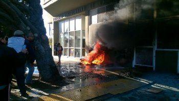 El humo de las cubiertas que quemaban los manifestantes ingresó al recinto y debió suspenderse la sesión.