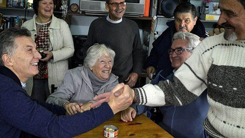 Macri visitó un Centro de jubilados y pidió que el Congreso apruebe el proyecto para pagar juicios.