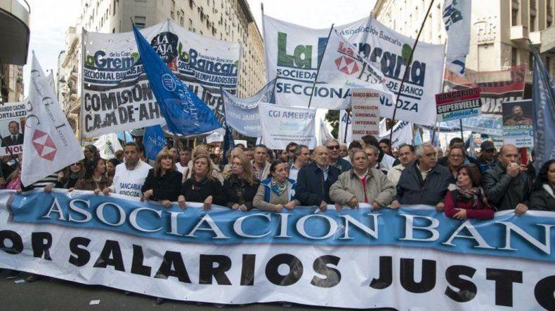 Bancarios piden reabrir paritarias y un bono de 4 mil pesos