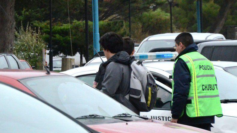 El ladrón se escabulló en un colegio. La víctima logró sacarle el teléfono que le había arrebatado. La policía lo buscó en los pasillos del Perito Moreno pero no halló al sospechoso.