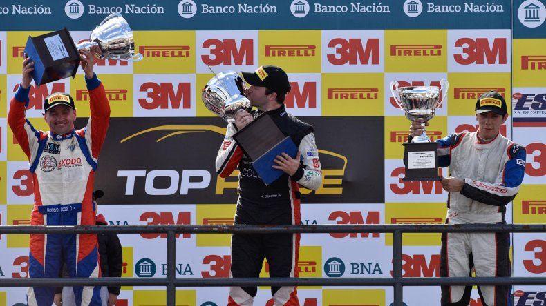 Agustín Canapino festeja en el podio acompañado de Matías Rodríguez –derecha- y Gustavo Tadei.