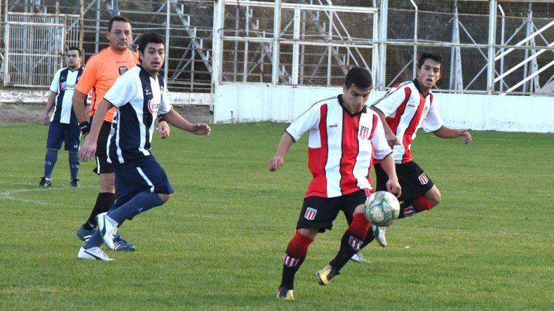Iván Bastías controla la pelota en campo rival. Ameghino fue amplio dominador ante Ferro.
