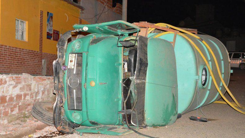 El camión aguatero quedó tumbado sobre su lateral izquierdo