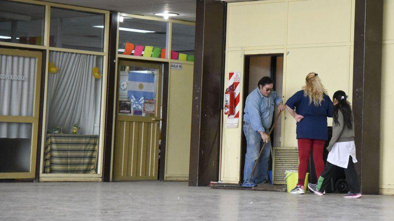 La directora de la Escuela 43 aseguró que hoy se desinfectará el edificio escolar y mañana a la tarde retomarán actividades.