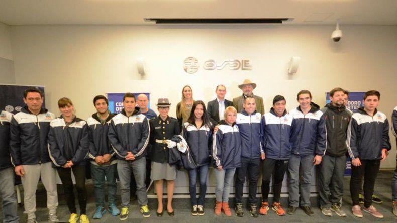 El Ente Autárquico Comodoro Deportes entregó la indumentaria a deportistas locales.