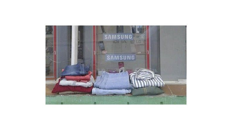 En el frente del local comercial un cartel indica que las personas que lo necesiten pueden llevarse abrigo.