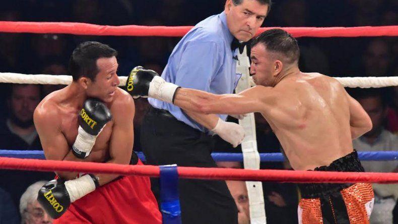 Omar Narváez conecta una izquierda sobre el venezolano Breilor Terán en el combate que se realizó la noche del sábado en Trelew.