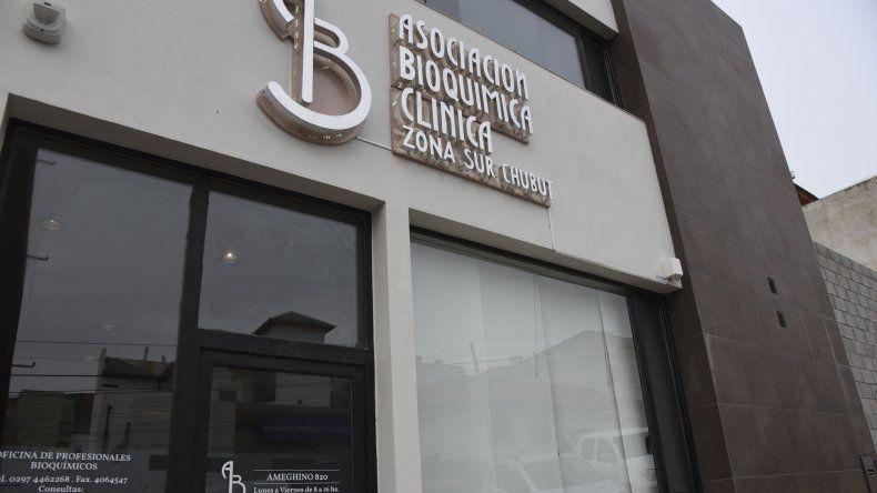 En la sede de Ameghino 820 funciona la Asociación Bioquímica Clínica Zona Sur de Chubut.