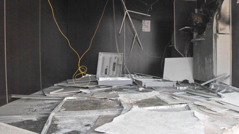 El cajero quemado y las instalaciones destruidas por la onda expansiva de la explosión.