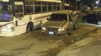 En la trampa: el colectivo y la camioneta se hundieron en forma paralela en los baches mal tapados de la Dorrego el mes pasado.