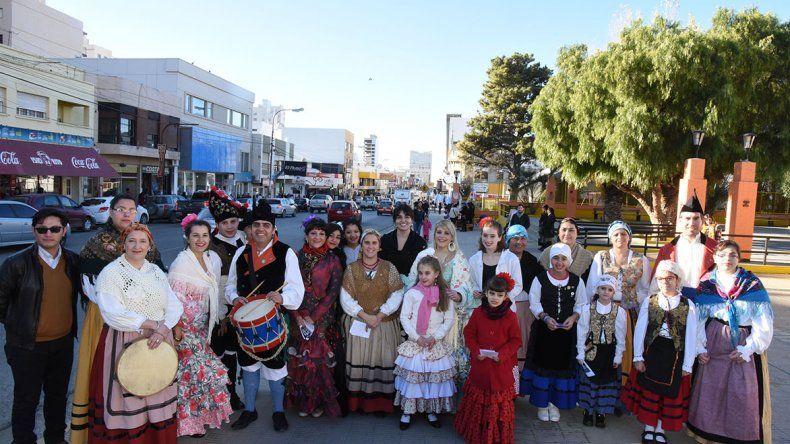 En la plaza de la Escuela 83 un grupo de integrantes de centros españoles y de Portugal invitaron a la comunidad a la popular fiesta de San Juan.