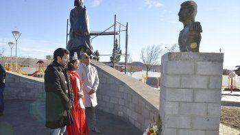 El jefe comunal, acompañado por la soberana de Cañadón Seco y el secretario general, depositó una ofrenda floral a los pies del busto que inmortaliza a Manuel Belgrano.