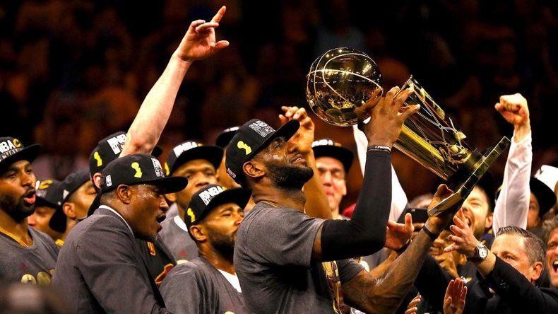 LeBron James con el trofeo de campeón y todo Cleveland Cavaliers festeja el primer título para la franquicia.