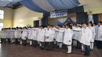 Unos 75 alumnos de cuarto grado elevaron su voz para prometer lealtad a la bandera argentina, en un juramento coordinado por el director de la escuela.
