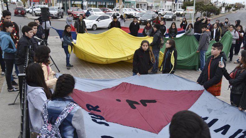 Los estudiantes secundarios que volvieron a reclamar ayer por la reanudación de las clases tuvieron poco apoyo de referentes de otras instituciones comunitarias