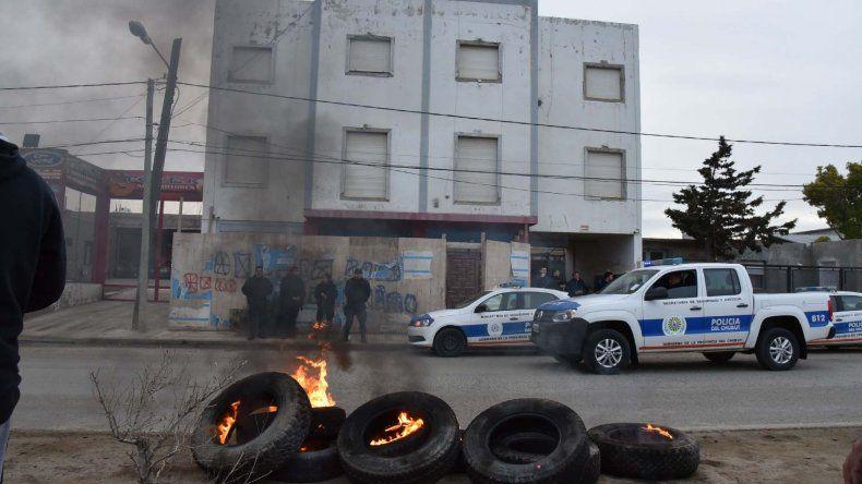 Integrantes de la lista de la que forma parte Carlos Neira protestaron frente al edificio sindical que fue fuertemente custodiado por la policía.