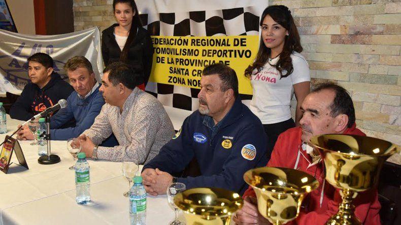 La conferencia de prensa reunió a pilotos y dirigentes del automovilismo santacruceño.