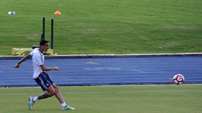 Angel Di María pintaba para volver a la titularidad y ayer se resintió y es la principal duda que tiene Martino para conformar el equipo que jugará ante Chile.