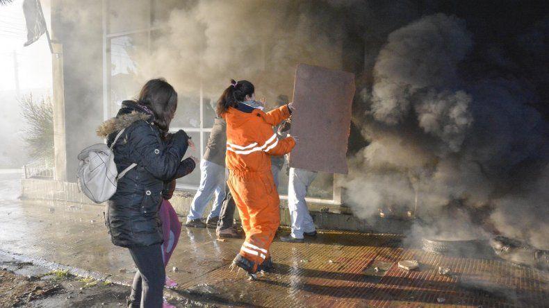 Los manifestantes opositores al proyecto de endeudamiento destrozaron vidrios en el edificio parlamentario y encendieron cubiertas motivando que el humo se filtrara hacia el interior.
