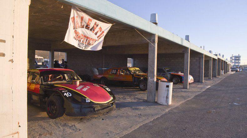 Las máquinas en zona de boxes están listas para correr en el autódromo General San Martín.