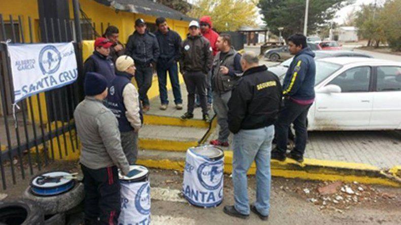 Vigiladores de la empresa Cuenca SA y otros afiliados a la UPSRA mantienen bloqueadas dependencias de Vialidad Provincial en varias localidades.